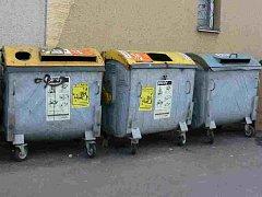 Tříděný odpad patří do kontejnerů.