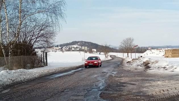 V letošním roce by měl kraj zahájit opravu zdevastované silnice mezi Těšínem a Radimí. V Soběrazi na ni čekají osmnáct let.