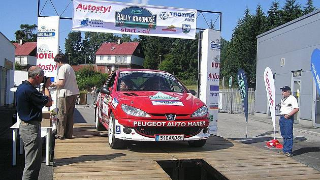 ČERVENÝ PEUGEOT patří posádce Dominik Laurent – Jiří Venuš, letos má za sebou několik startů v náročných soutěžích.