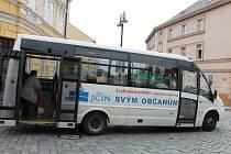 MĚSTSKOU HROMADNOU DOPRAVU nyní provozuje firma Bus Line, a. s. Jízdné stojí sedm korun, pokud se platí hotově, a pět korun při použití čipové karty.