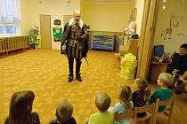 Vévoda Valdštejn na návštěvě u dětí v mateřince.