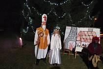 Rozsvícení vánočního stromu je v Jinolicích každoročně velkou událostí.