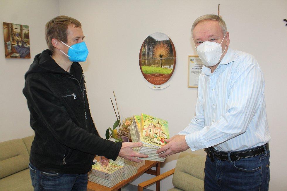 Ultracyklista Daniel Polman z Nové Paky přivezl zdravotníků do jičínské nemocnice svoji poslední knihu Kouzelné dary pro Nezmary. Chtěl jim tím poděkovat za jejich neuvěřitelné nasazení.