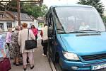 Linka městského autobus v Nové Pace zrušila osm zastávek. Lidé už se nedostanou na nákup k marketům. Bouří se.