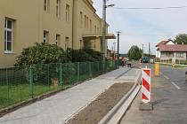Výstavba nového chodníku ve Veliši.