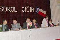 Hosté na valné hromadě jičínského Sokola, zleva Ladislav Brykner, Martin Puš a Jiří Liška, zcela vpravo starostka Bláža Bohuňovská.