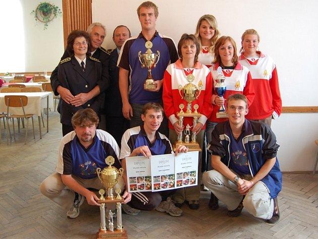Vítězové s poháry - hasičky z Jeřic a hasiči z Kopidlna.