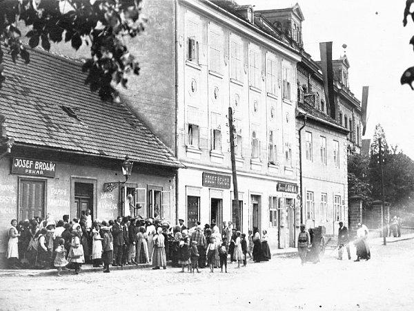 Fronta na chléb vJičíně vroce 1917.