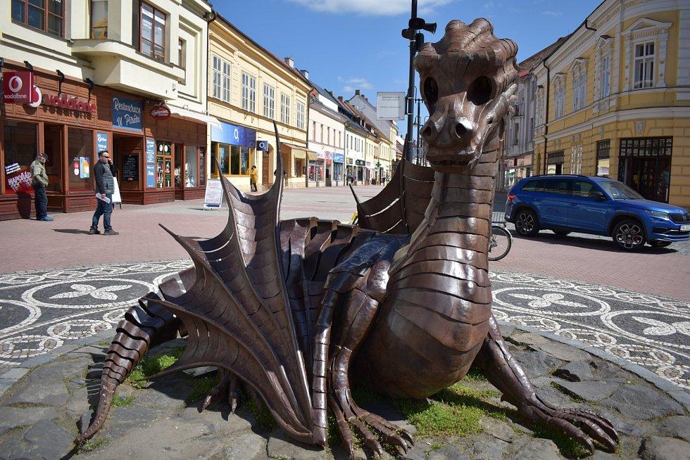 Skulptura draka na jičínské pěší zóně stále přitahuje pozornost především dětí a turistů, kteří se zde rádi fotografují.