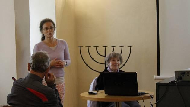 Beseda s Michaelou Vidlákovou v jičínské židovské škole.