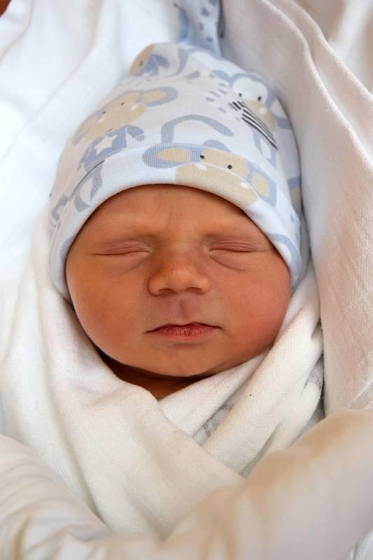 Adam Kryl je velkým potěšením pro maminku Táňu a tatínka Michala Krylovy z Nemyčevsi. Narodil se 4. října 2021, vážil 3,8 kg a měřil 49 cm. Doma má dvouletou sestřičku Aničku.