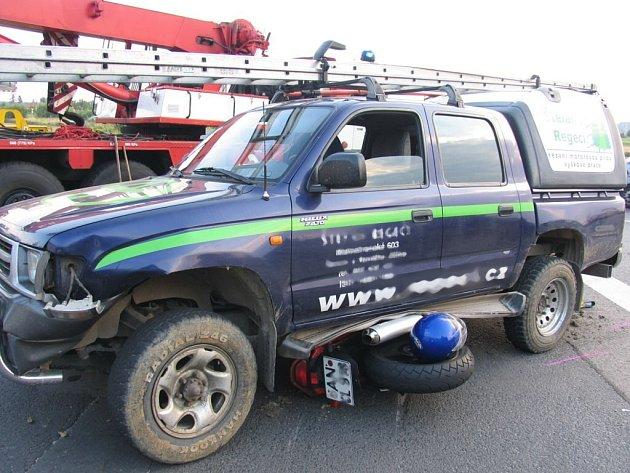 Motorkář byl při nehodě těžce zraněn.