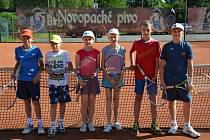 Mladší žactvo Tenis Nová Paka - zleva: Matěj Kracík, Šimon Karlovský, Tereza Jirásková, Tereza Kyselová, Adam Bajer a Vadim Voltr.
