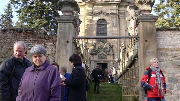 Před velišským kostelem sv. Václava.