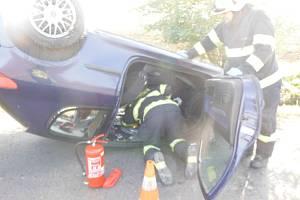 Případů, kdy řidiči skončí s autem na střeše, je v poslední době mnoho. Tak jako ve čtvrtek poblíž Dobré Vody.