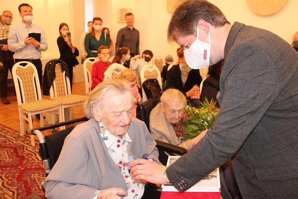 Prezident Českého červeného kříže Marek Jukl se senátorem Tomášem Czerninem předali vyznamenání za dlouholetou práci v ČČK  Vlastě Karrasové a Marii Draslarové.