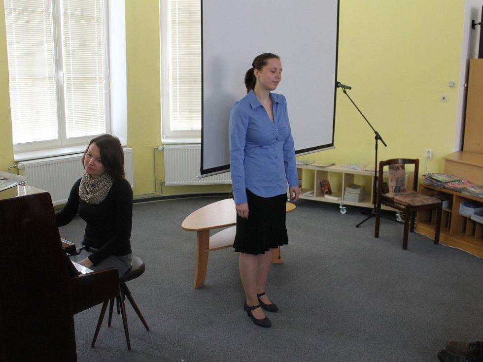 Ze zahájení výstavy válečných snímků v knihovně.