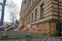 U budovy 1. základní školy se v týdnu kvůli padající omítce objevily zábrany.