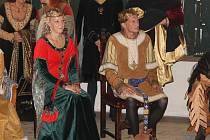 KAREL IV. s chotí Alžbětou a početnou družinou si o víkendu přijeli prohlédnout hrad Kost.