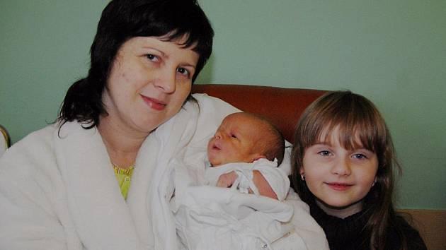 Tomáš Kozel s maminkou Janou a sestrou Janou ještě v jičínské porodnici.