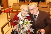 MANŽELÉ HOLANOVI jdou společně životem už 69 let. Miroslav Holan se dožil neuvěřitelných sto let.