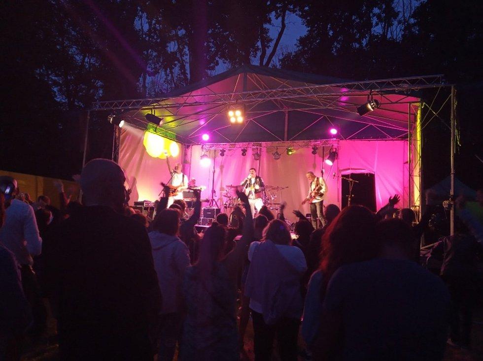 Poslední červencovou sobotu zazněly v Bažantnici legendární hity britské kapely v podání uskupení Prague Queen. Předskokana jim udělala jičínská kapela Golf.