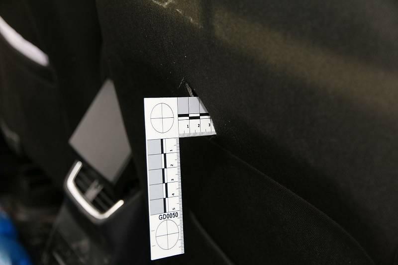 Zákazník začal řidiči taxíku vyhrožovat rozbitím auta a zabitím. Poté vytáhl nůž, který zabodl do sedačky