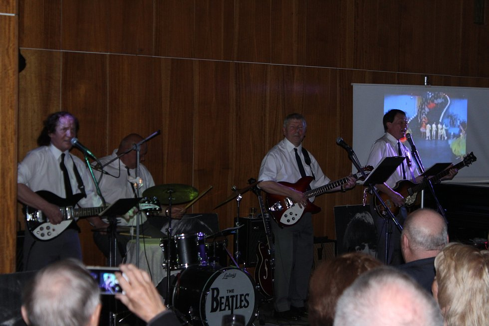 V sále Anenských slatinných lázní zněly v pátek večer nezapomenutelné skladby skupiny Beatles v podání The Beatles Veteran Club z Jičína