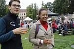 Ochutnat kvalitní víno přišly do parku stovky lidí.