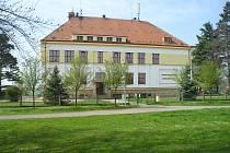 Budova chomutické školy po opravě.