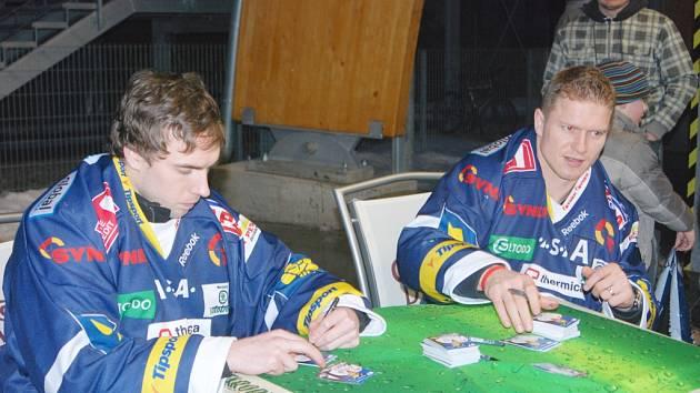 NECHYBĚLA ANI AUTOGRAMIÁDA. Slovenský reprezentant útočník Milan Bartovič (vpravo) a obránce David Kajínek.