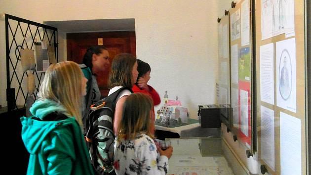 Děti kreslily a psaly o lidickém farář Štemberkovi. Nyní vystavují na hradě