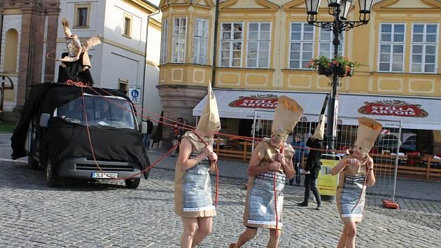NETRADIČNÍ SCÉNICKÁ POZVÁNKA na festival Malá inventura Jičín se konala v úterý na Valdštejnově náměstí v 16 hodin. Svou nekonvenčností okamžitě přilákala kolemjdoucí.