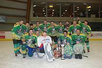 Vítězné mužstvo letošního ročníku Jičínské hokejové ligy HC Sklepy Nová Paka.