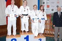Stupně vítězů kategorie juniorek do 63 kg. Vítězka Tereza Patočková (Sokol Praha Vršovice), vlevo druhá Denisa Vávrová (SKP Judo Jičín), třetí Michaela Vydrová spolu s Pavlou Matějovskou.