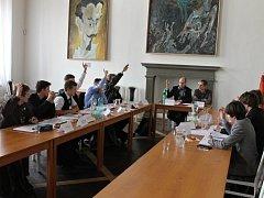 Stoly v Porotním sále byly opět postaveny do klasické podkovy. Studenti Lepařova gymnázia si vyzkoušeli, jak v Jičíně probíhá veřejné zasedání. Schůzi vedl místostarosta Petr Hamáček.