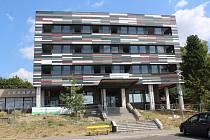 Budova bývalé VZP na jičínském autobusovém nádraží se postupně mění v nové centrum sociálních služeb.