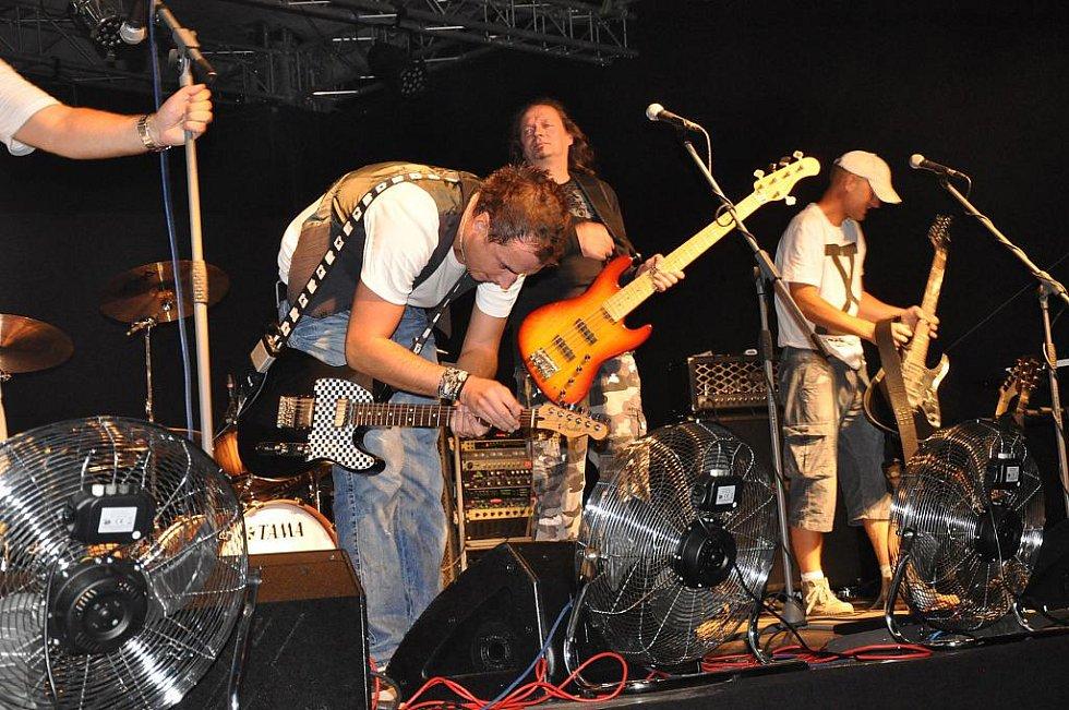 Z rockového koncertu na hradu Kost.