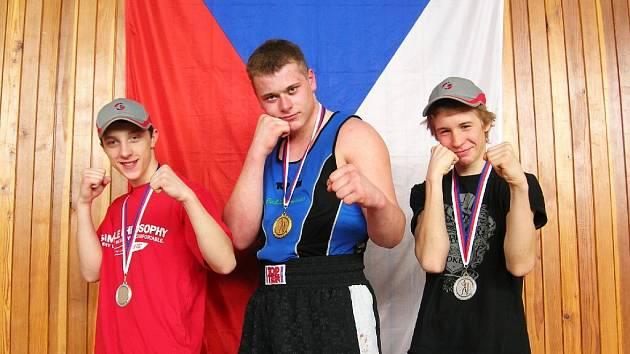 Boxer Martin Křelina (uprostřed).