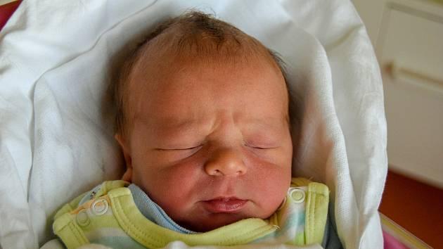 Mikuláš Dědeček se narodil 24. prosince s mírou 49 cm a váhou 3,5 kg. Z vánočního miminka se radují Eva Šulcová a David Dědeček z Příchvoje. Doma už čekají čtyři starší sourozenci.