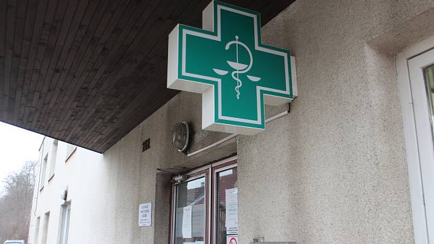 Poptávka po respirátorech stoupá, některé lékárny proto omezují počet prodaných kusů, některé musí zboží doobjednat. Fronty se ale před lékárnami netvoří.