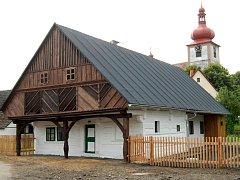 Opravený podsíňový dům v Radimi.