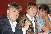 Náměstek hejtmana Martin Sepp na jednání ohledně dálnice, za ním šéfka krajského odboru dopravy Stanislava Jakešová.