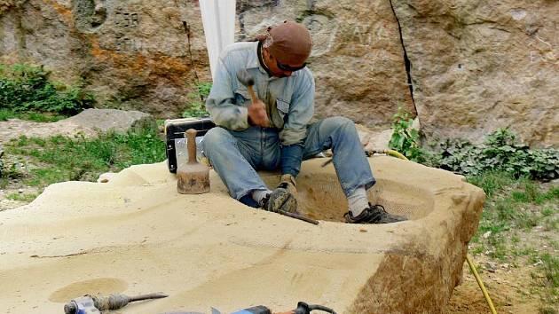Akira Go z Japonska opracovává pískovec.