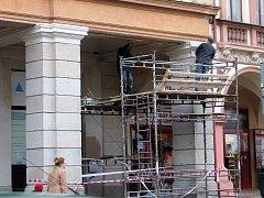Opravy za šest set tisíc korun, které částečně omezují průchod podloubím, budou hotovy do konce listopadu.