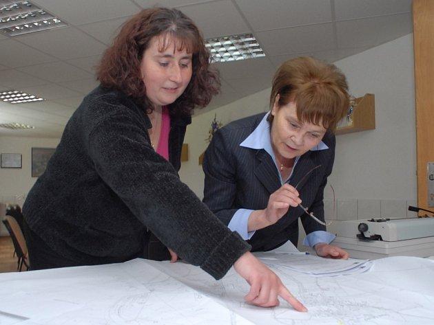 Hana Orgoníková (vpravo) se starostkou Starého Místa Ditou Loudovou.
