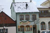Úklid sněhu ze střech budov.