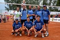 VÍTĚZ elitní skupiny na 62. ročníku Volejbalové Dřevěnice, družstvo Humři Pernštejn.