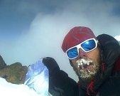 NA VRCHOLU. Zdeněk Hák z Rokytnice se jako jediný z krkonošské výpravy dostal až na vrchol afghánské sedmitisícovky Nošak, kde se vyfotil starým mobilem, který měl v kapse.