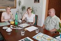 Sestry Brožkovy na radnici se starostou Martinem Pušem